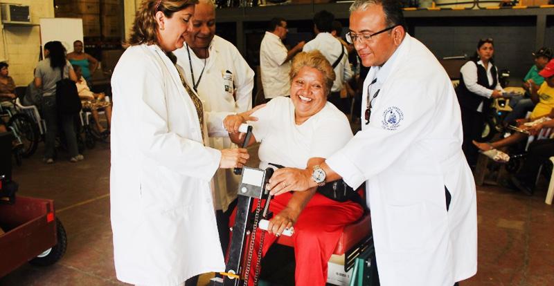 Beneficiarios recibiendo donacion por parte de la Junta