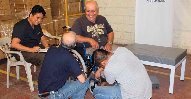 Julio Benitez en silla de ruedas