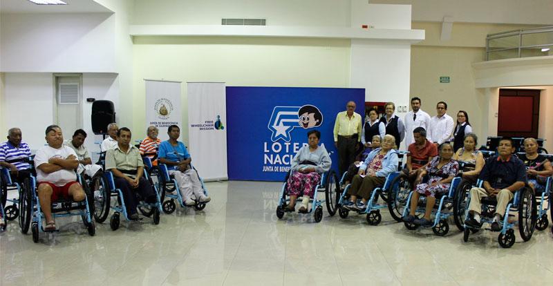 Beneficiarios en sus sillas de ruedas